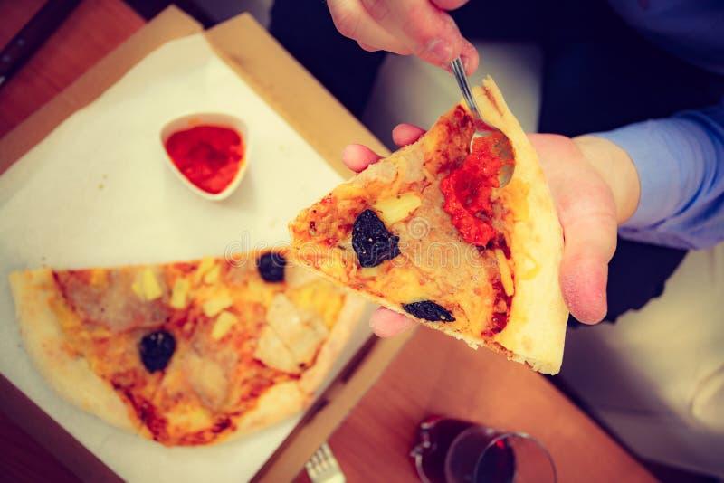 Pizza antropófaga que añade la salsa de tomate imagenes de archivo