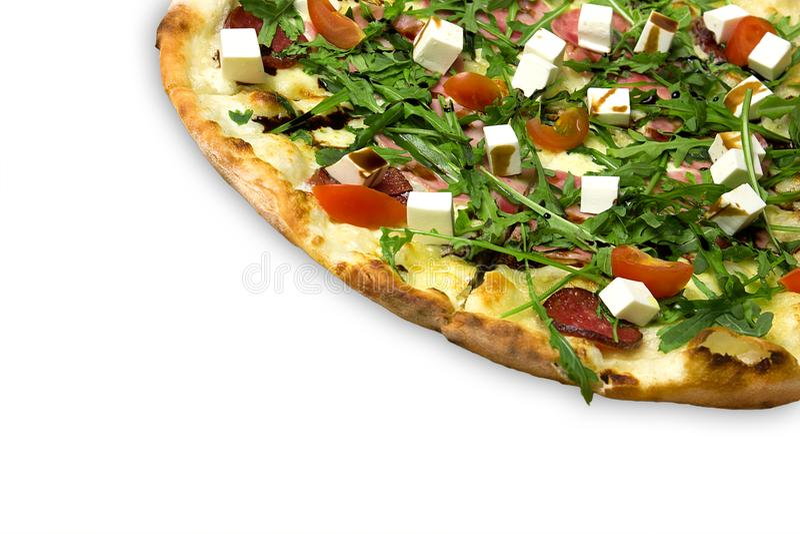 Pizza apetitosa com presunto, salame, rúcula, tomates de cereja, fetaksa, balsâmico isolados no branco imagem de stock royalty free