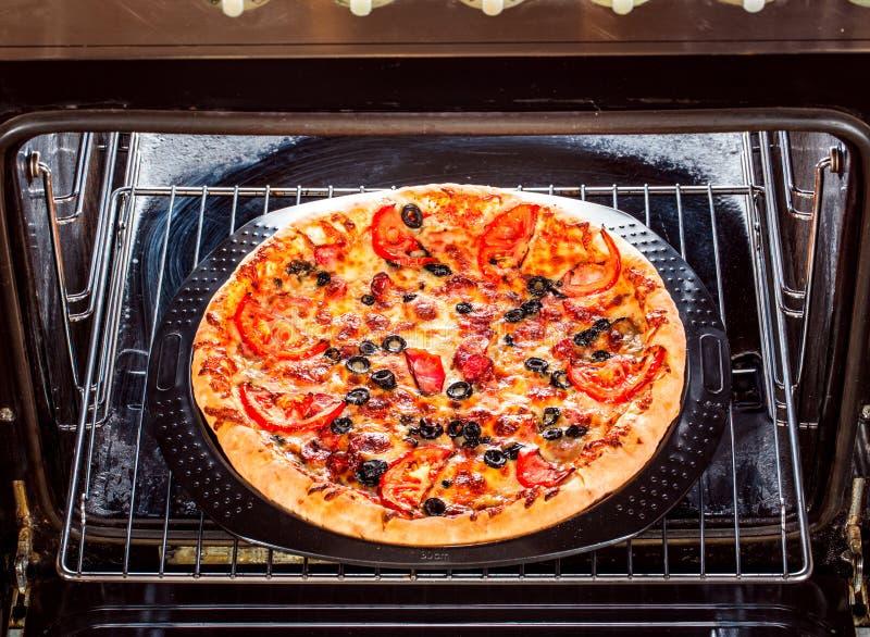 Pizza apetitosa en el horno imágenes de archivo libres de regalías