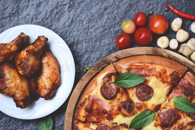 Pizza auf Draufsicht des hölzernen Behälters/köstlichem geschmackvollem Schnellimbissitalienischem traditionellem und gebackenem  lizenzfreie stockbilder