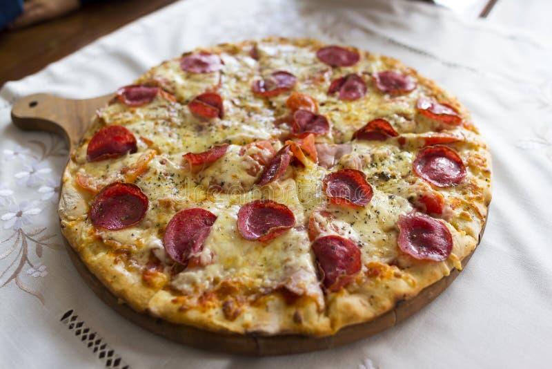 Pizza auf Schreibtisch stockbilder