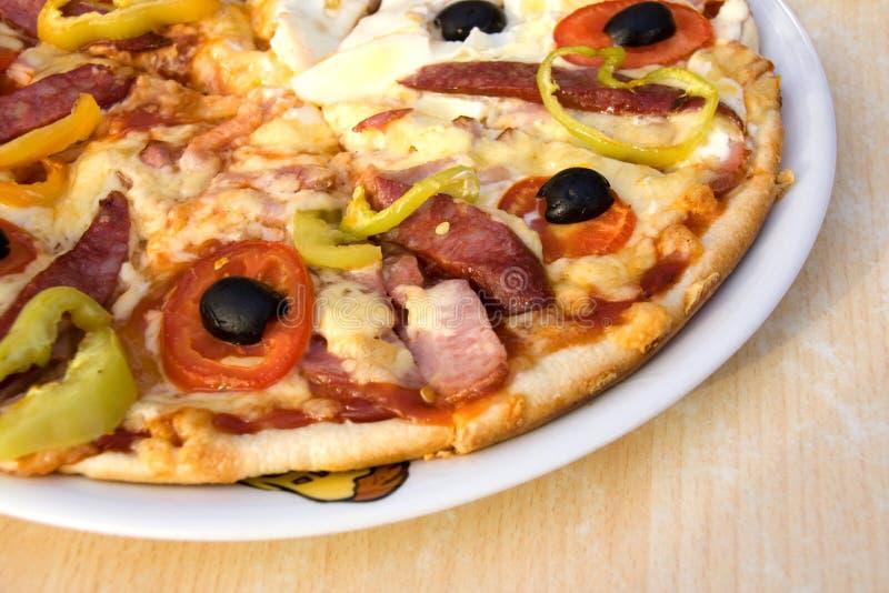 Pizza auf weißer Platte stockfotos