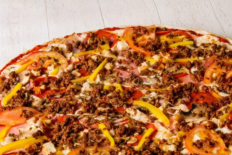 Pizza avec de la viande hachée photographie stock