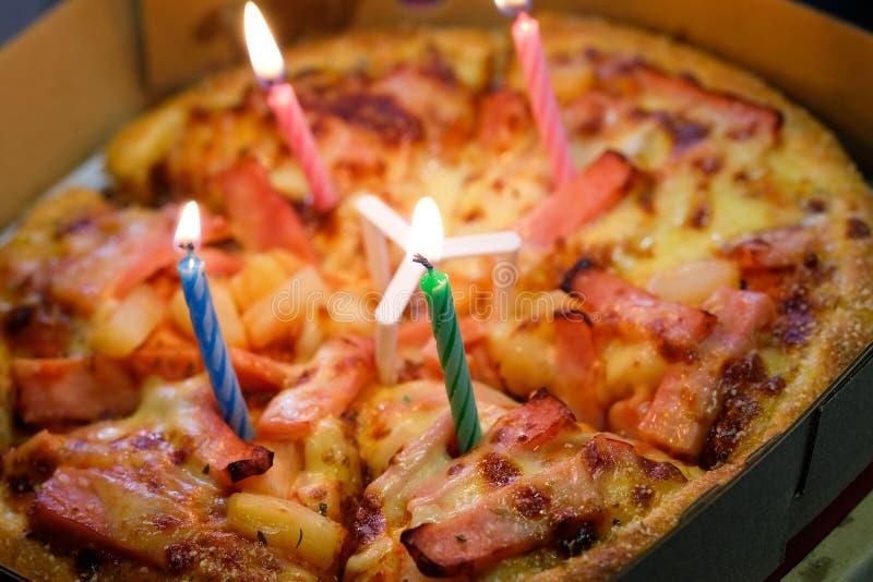 Pizza avec des bougies pour célébrer un anniversaire image stock