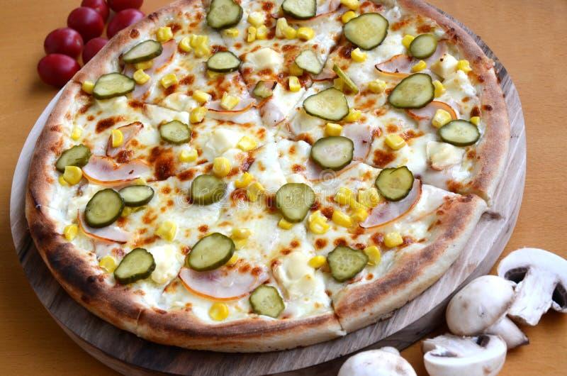 Pizza avec des conserves au vinaigre images libres de droits