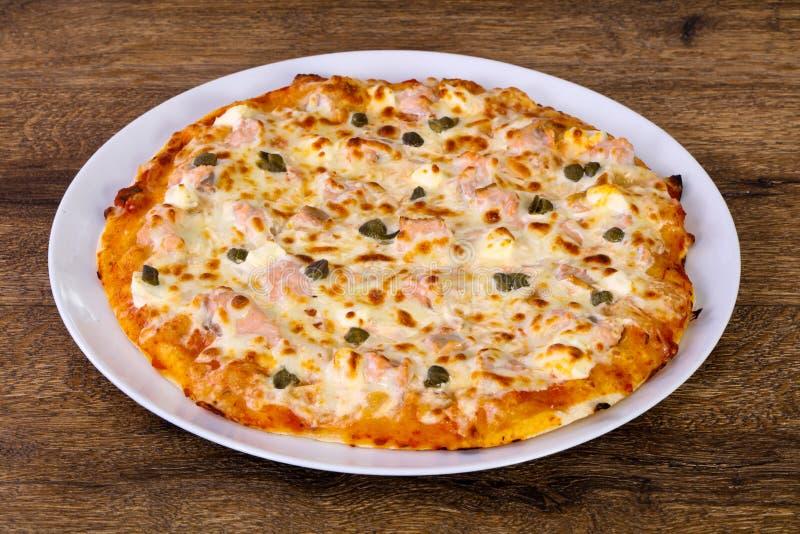 Pizza avec des saumons et des câpres image stock