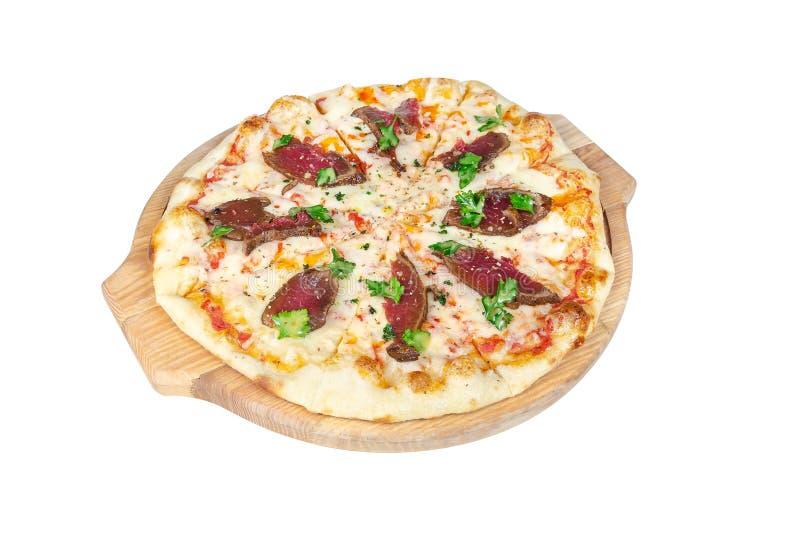 Pizza avec du boeuf, le fromage et des verts de rôti sur une planche à découper ronde d'isolement sur le fond blanc photos stock