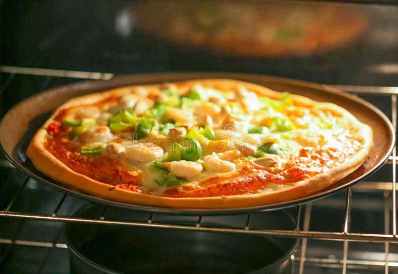 Pizza avec la fin de fruits de mer  photographie stock
