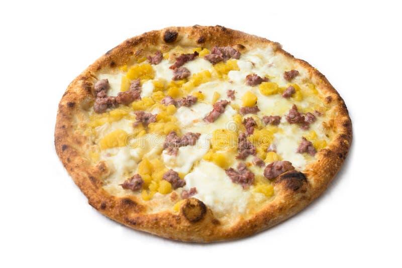 Pizza avec la saucisse, les pommes de terre et le mozzarella photographie stock libre de droits