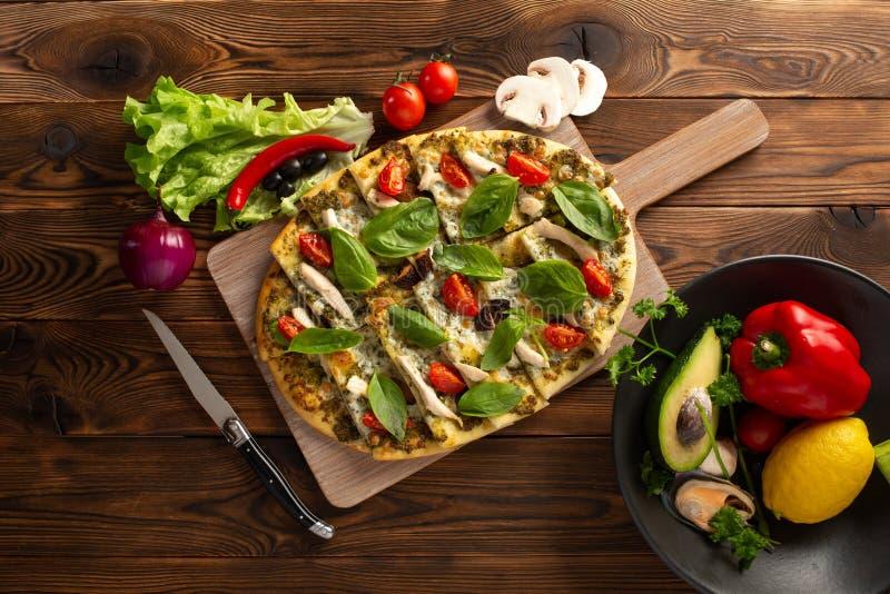 Pizza avec le poulet et les l?gumes de shiitak? sur le fond en bois images libres de droits