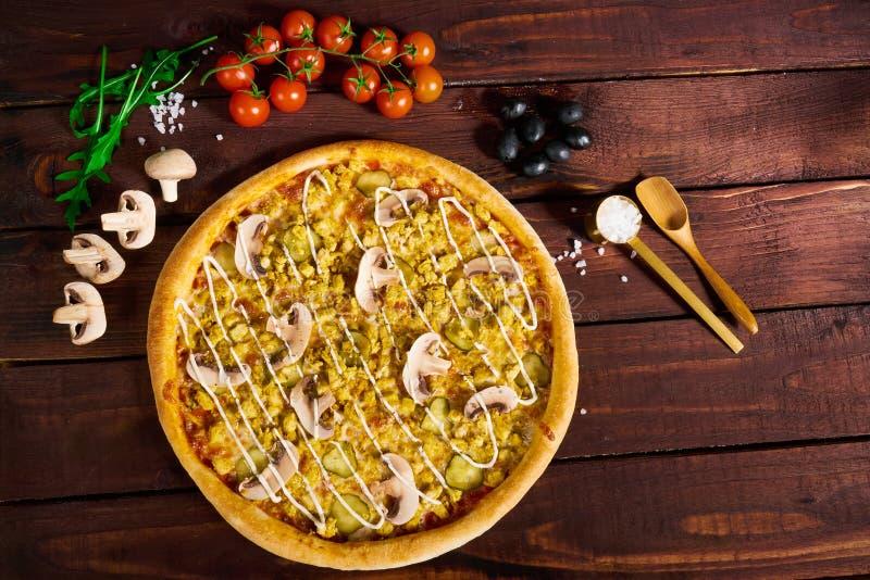 Pizza avec les champignons et le cari images libres de droits