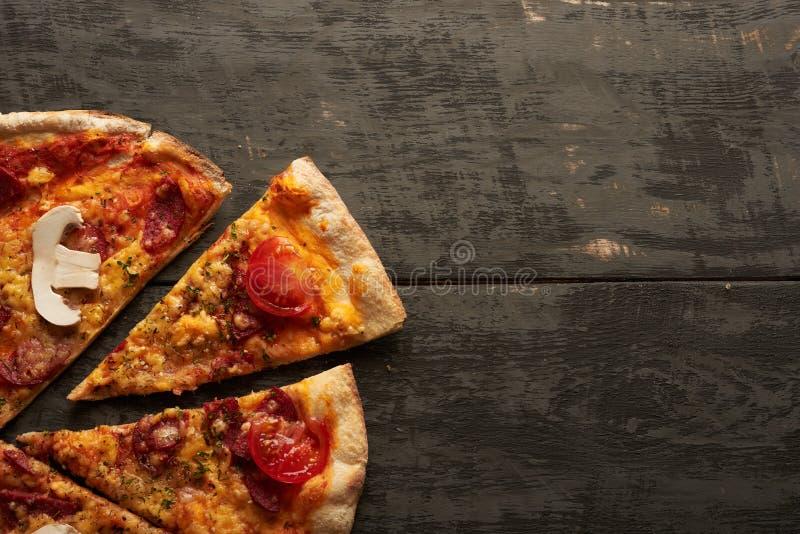 Pizza avec les champignons, le salami et la tomate image libre de droits