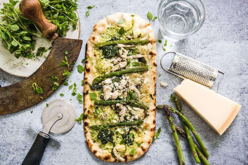 Pizza avec les légumes et les herbes frais de ressort photos libres de droits