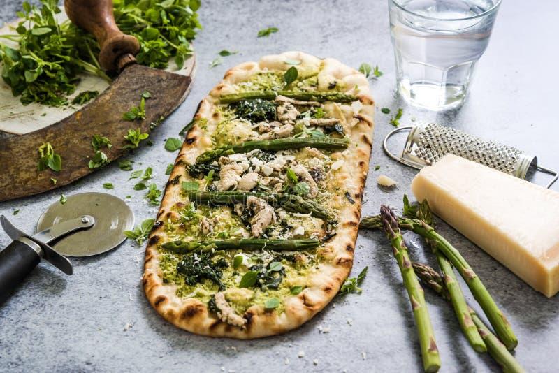 Pizza avec les légumes et les herbes frais de ressort images stock