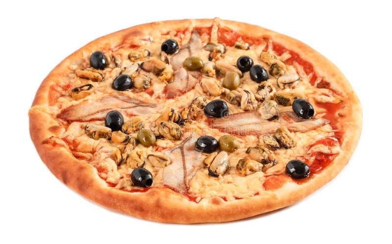 Pizza avec les olives d'anguille, de moule, noires et vertes de poissons, fromage fondu d'isolement sur le fond blanc photos libres de droits