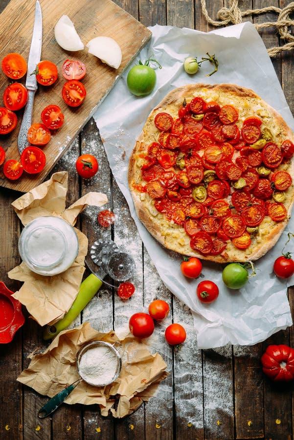 Pizza avec les tomates, l'échalote et les herbes fraîches Cherry Tomato Wood photos libres de droits