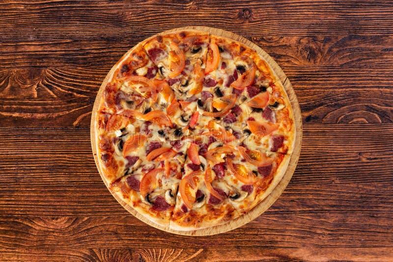 Pizza bávara com salsichas e cogumelos, tomates suculentos e Parmesão fotografia de stock royalty free