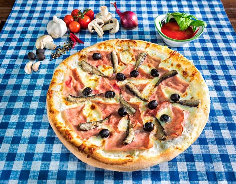 Pizza bianca dei frutti di mare con le olive immagini stock