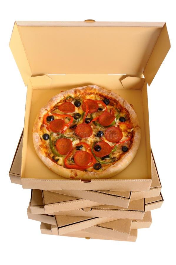 Pizza binnen open doos op lange die stapel leveringsdozen op een witte achtergrond, hoogste mening worden geïsoleerd stock afbeelding