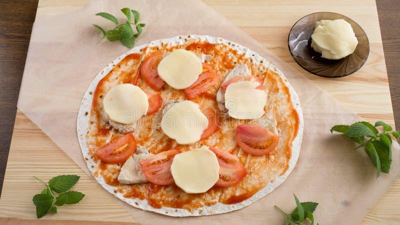 Pizza, bolo ázimo do trigo, tomate, faixa da galinha, mussarela do queijo, azeite, apetite, alimento, alimento, cozinha, útil, ve foto de stock royalty free