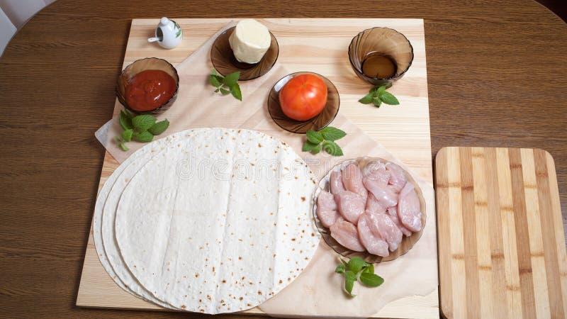Pizza, bolo ázimo do trigo, tomate, faixa da galinha, mussarela do queijo, azeite, apetite, alimento, alimento, cozinha, útil, ve imagem de stock