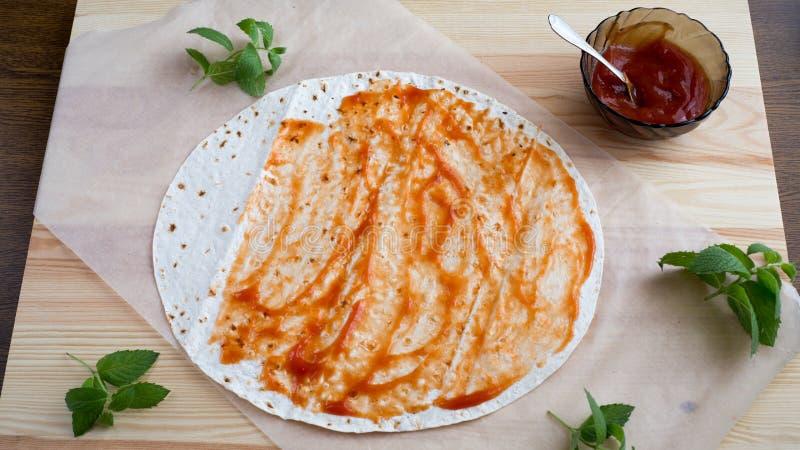 Pizza, bolo ázimo do trigo, tomate, faixa da galinha, mussarela do queijo, azeite, apetite, alimento, alimento, cozinha, útil, ve imagem de stock royalty free