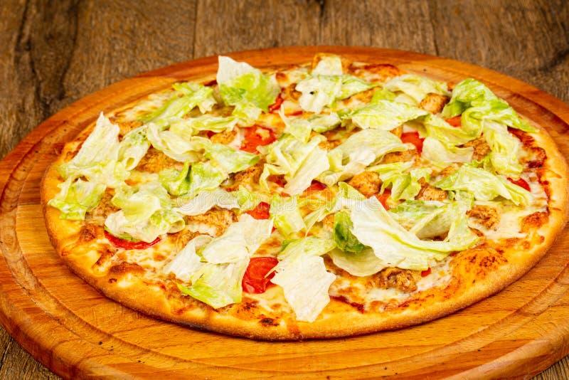 Pizza César avec le poulet photo stock