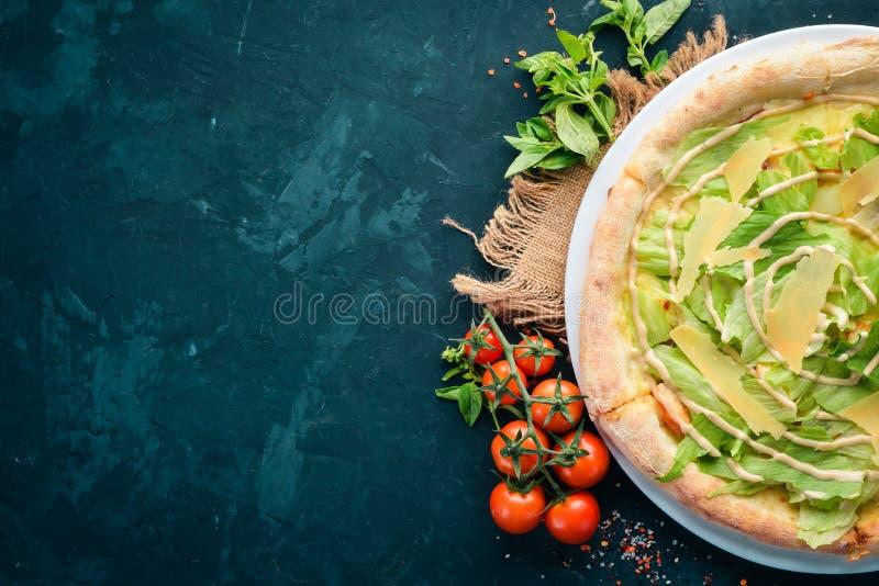 Pizza César Filet de poulet, laitue, parmesan, sauce à César Plat traditionnel italien Sur le vieux fond photos libres de droits