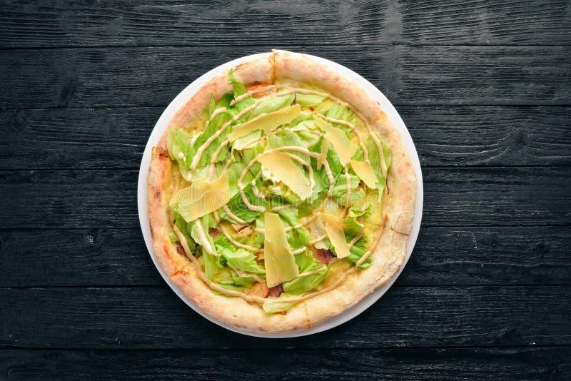 Pizza César Filet de poulet, laitue, parmesan, sauce à César Plat traditionnel italien photographie stock