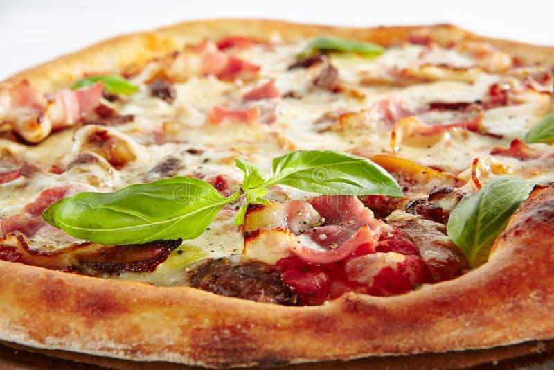 Pizza canadese con bacon isolato su fondo bianco immagini stock libere da diritti