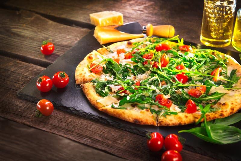 Pizza Caprese med arugula, ost, yoghurt och körsbärsröda tomater arkivbilder