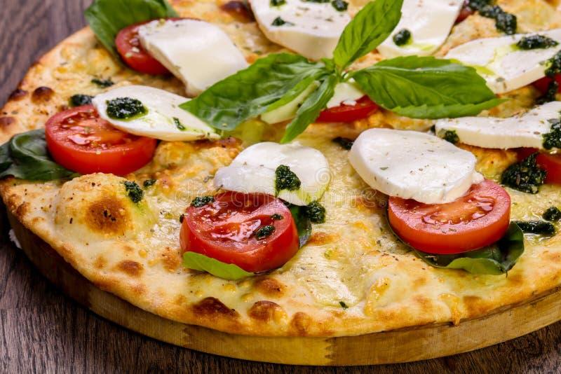 Pizza Caprese med basilika arkivfoton