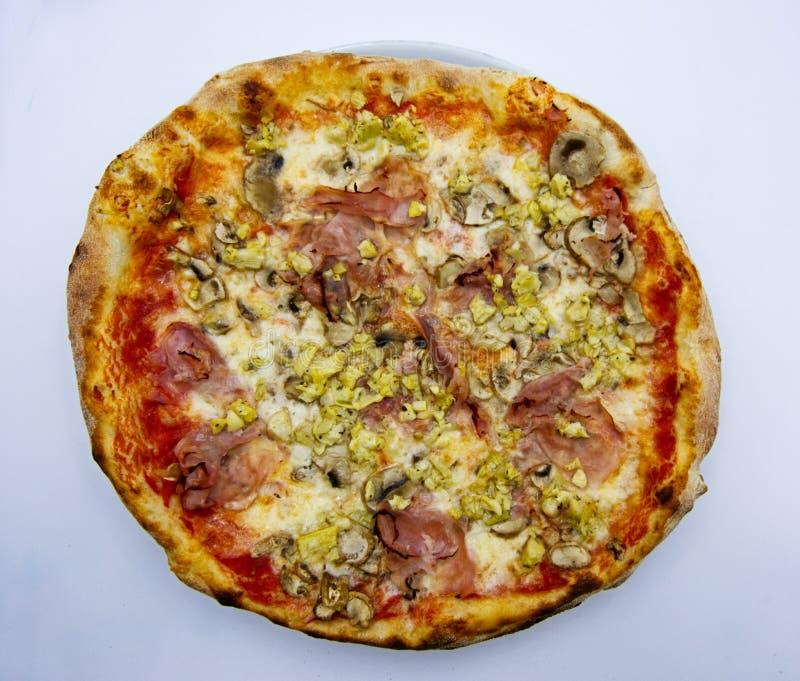 Pizza capricciosa, Pizza alla capricciosa, traditionelle italienische Nahrung auf weißem Hintergrund stockfotografie
