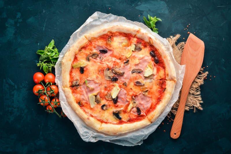 Pizza Caprichos Bacon, funghi, carciofi, pomodori Piatto tradizionale italiano Sui vecchi precedenti fotografie stock libere da diritti