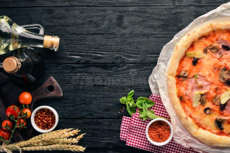 Pizza Caprichos Bacon, paddestoelen, artisjokken, tomaten Italiaanse traditionele schotel Op de oude achtergrond stock foto's