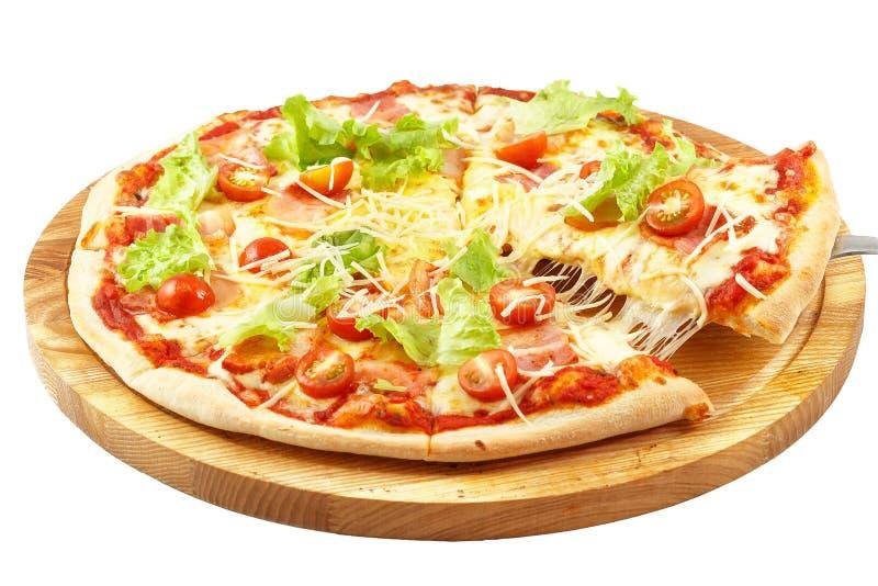 Pizza Carbonara, mozarella, zure room, eieren, bacon, sla, verse tomat stock afbeelding