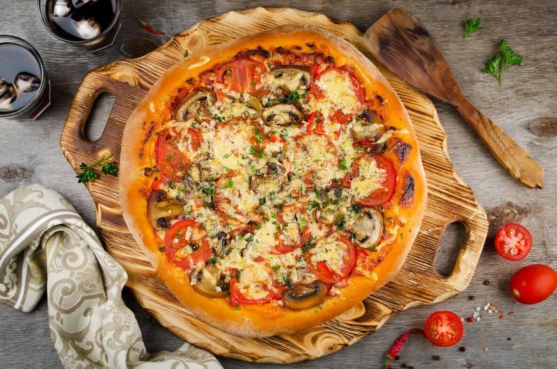 Pizza casalinga calda pronta da mangiare fotografie stock libere da diritti