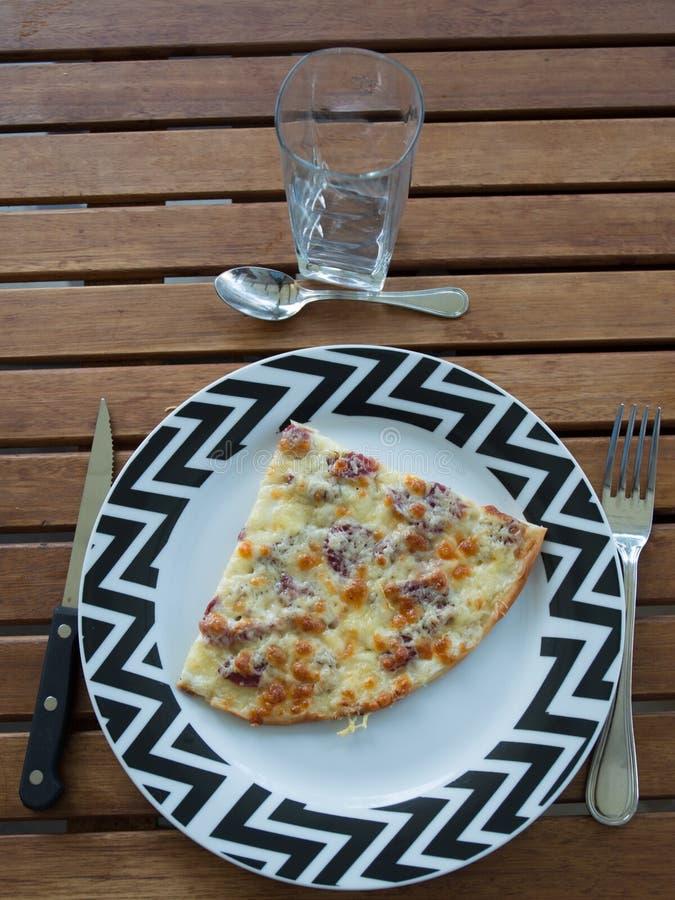 Pizza casalinga con le merguez salsiccia e bacon immagini stock libere da diritti