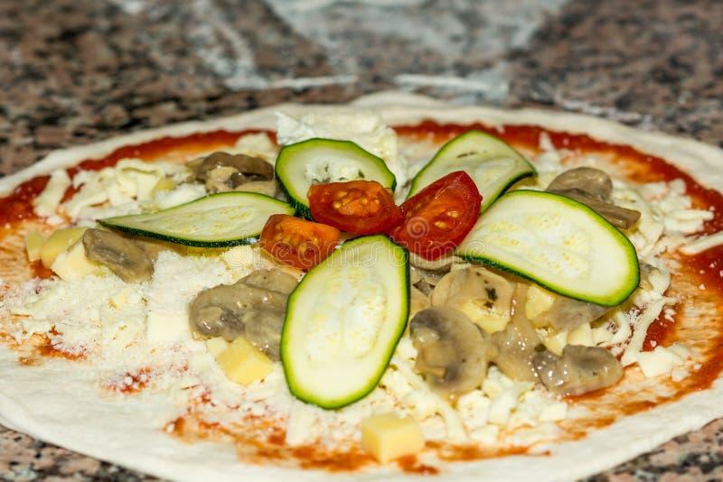 Pizza casalinga italiana con il pomodoro, lo zucchini ed il formaggio Fuoco selettivo Alimento, cucina italiana e concetto di cot fotografie stock libere da diritti