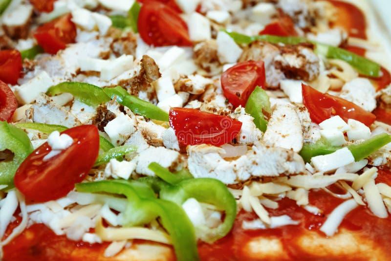 Pizza casalinga Riempimento crudo immagini stock
