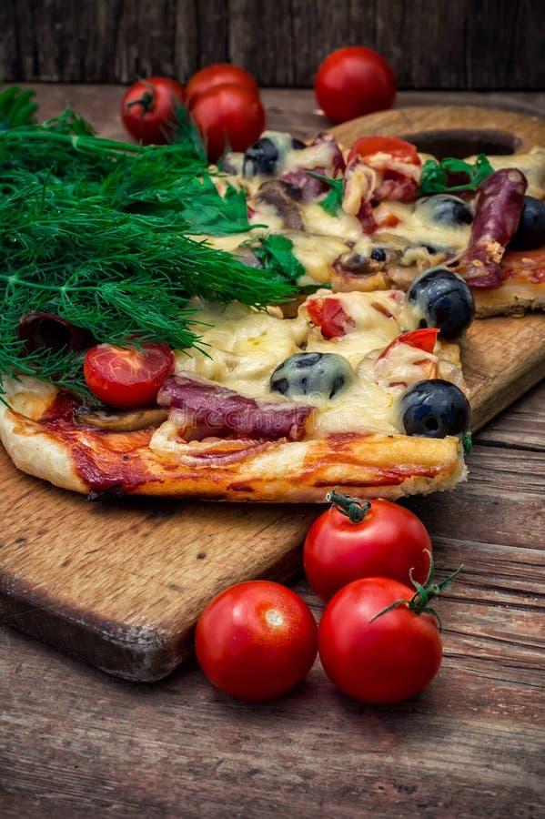 Download Pizza Casalinga Saporita Con Bacon Fotografia Stock - Immagine di oliva, carne: 55360854