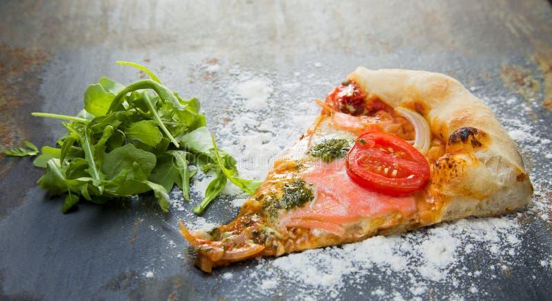 Pizza casalinga sull'ardesia con insalata immagini stock libere da diritti