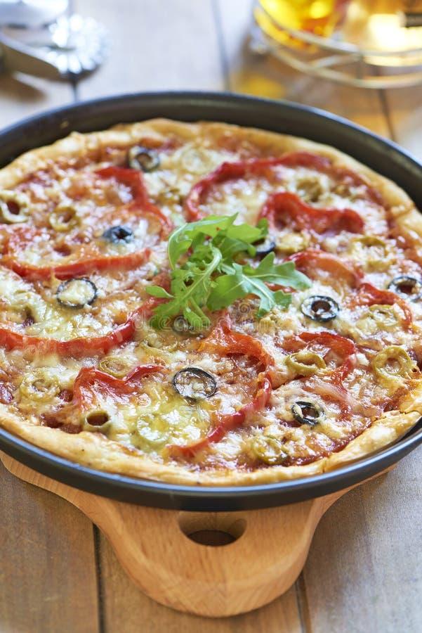 Pizza caseiro com pepperoni, pimenta e azeitonas imagens de stock royalty free