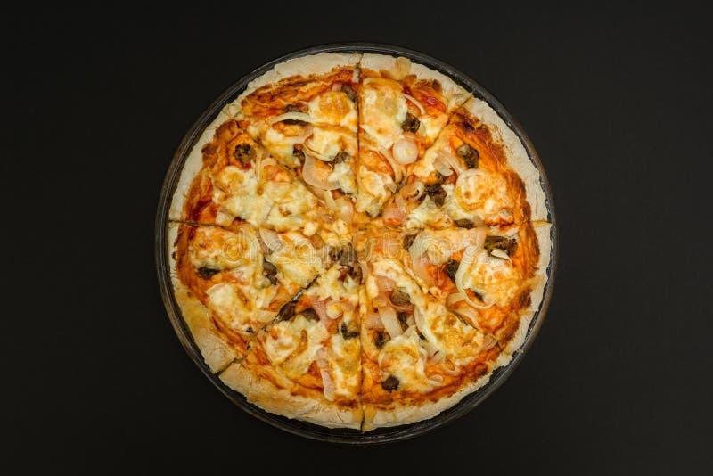 Pizza caseiro em um fundo preto fotos de stock royalty free