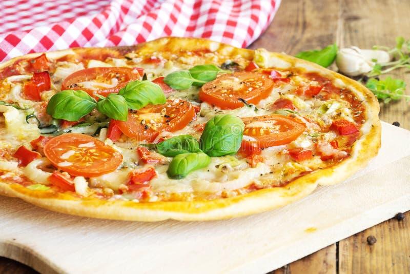 Pizza caseiro fresca foto de stock royalty free