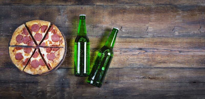 Pizza cerveza, salchichones, cocina italiana, pub, pizzería, visión superior Copie el espacio fotografía de archivo libre de regalías