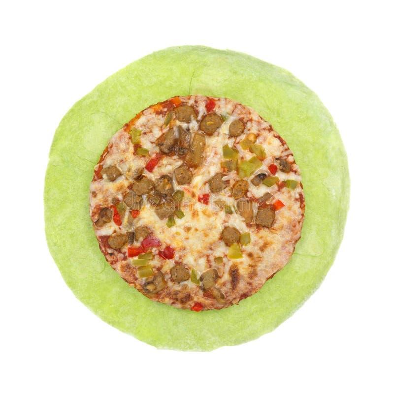Pizza chargée cuite sur la tortilla d'épinards photo stock