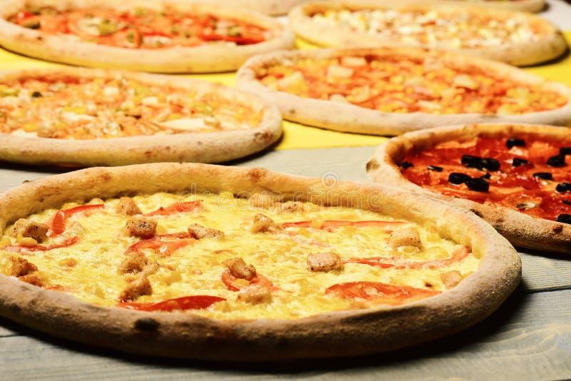 A pizza circunda com a carne, as alcaparras, os tomates e o queijo imagens de stock