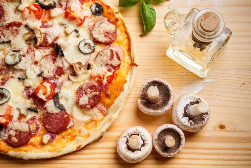 Pizza cocida conjunto imagen de archivo