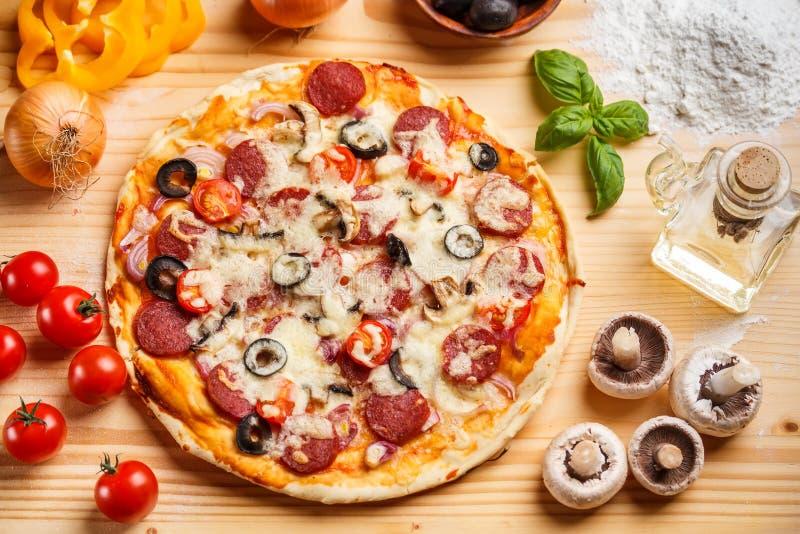 Pizza cocida conjunto fotografía de archivo